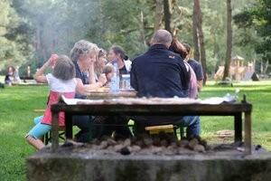 Sitzen am Tisch 3